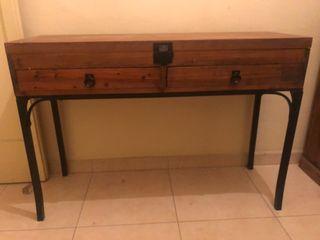 Mesa auxiliar de madera y hierro