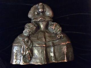 Escultura de Menina de bronce