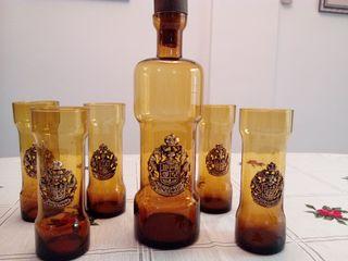 conjunto de vasos y botella sorprendente
