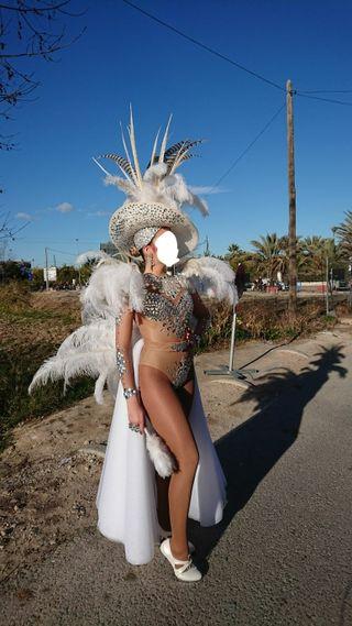 Traje de carnaval plumas y pedrería falda