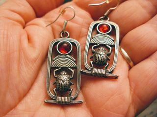 Pendientes Egipto en peltre con piedra roja
