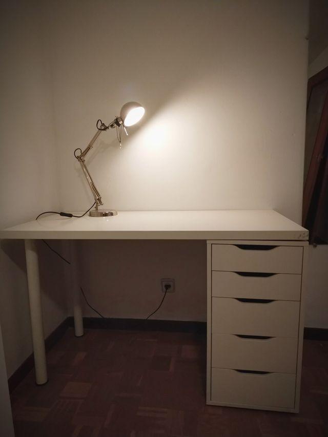 Mesa de escritorio con cajones y flexo.