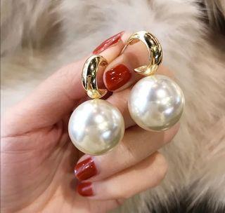 pendientes de perlas exagerada