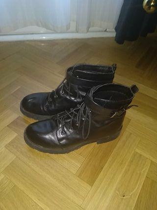 botas militares/moteras negras con hebillas plata.