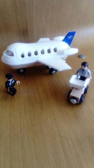 Avión, piloto, pasajero y escalera.