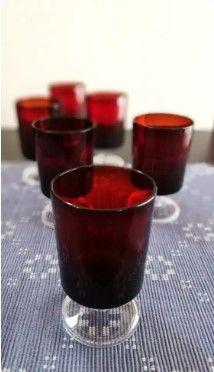 Pequeñas copas de licor rojas