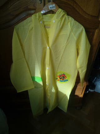 chubasquero amarillo plástico. It