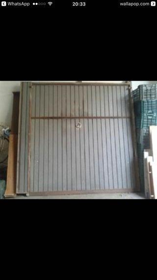 Puerta de almacén abatible