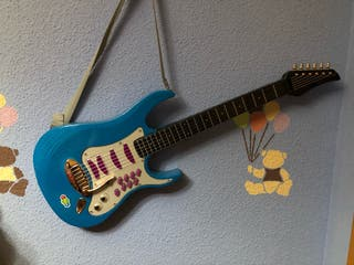 Guitarra eléctrica de juguete y micrófono