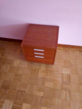 Mesilla dormitorio color madera