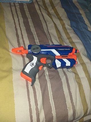 Pistola NERF, con 6 dardos.