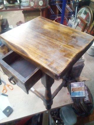 Antigua mesa auxiliar de madera