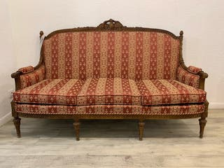 sofá y sillones tallados en madera.