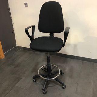 Silla-taburete de oficina regulable con ruedas