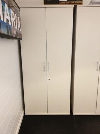 Armario oficina con baldas color crema