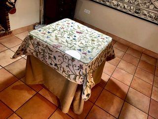 Bonita Mesa de camilla completa(cristal, ropa etc.