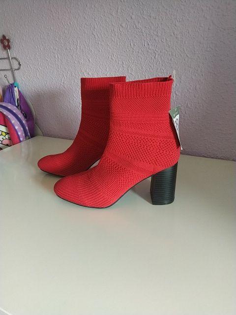 botines rojos de calcetin