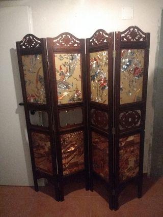 Biombo chino con dibujos orientales.