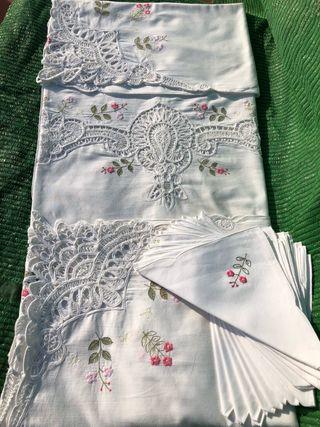 Mantel antiguo bordado a mano NUEVO