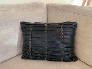 Cojín de cuero negro Zara Home