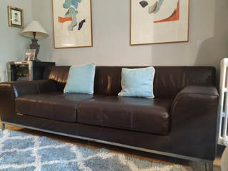 sofá marrón grande de piel