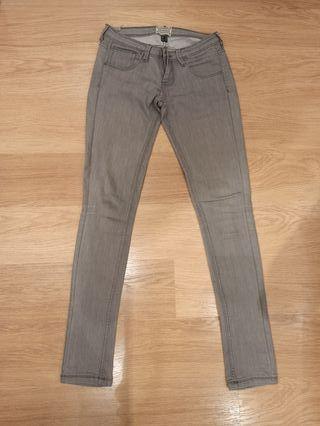 Pantalón vaquero gris pitillo