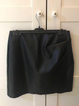 Falda de cuero con pliege talla 38