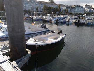 Barco de fibra con motor Johnson