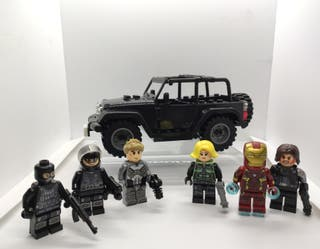 Coche con figuras de Soldados y Avengers