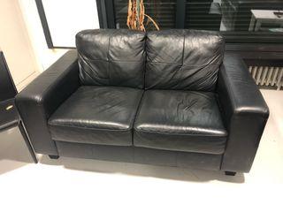 Dos sofás de polipiel negros de IKEA VIMLE
