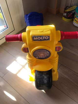 Moto corre pasillo niño