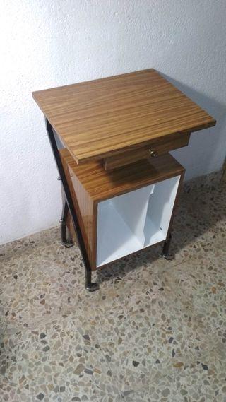 mesa auxiliar hierro formica ruedas vintage
