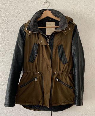 Abrigo caqui con mangas de polipiel de Zara TRF