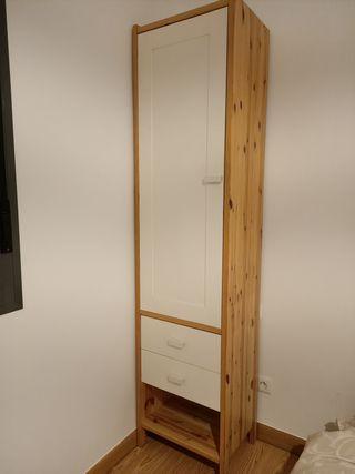 armario estrecho con puerta y cajones