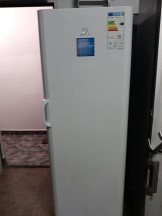Congelador Indesit 220 ltos vertical