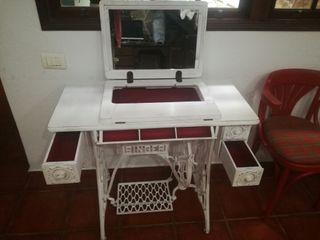 tocador vintage, máquina de coser