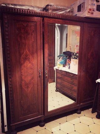 Armario antiguo con espejo viselado