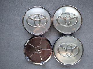 Tapabujes centro de rueda Toyota plata gris 68mm.