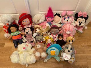 Lote de 20 muñecas y peluches