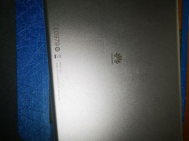 tablet huawei con funda y cargador.