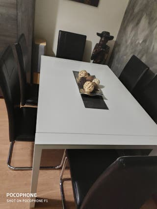 Mesa de salon y sillas