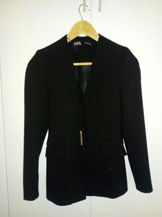 americana negra Zara con etiqueta