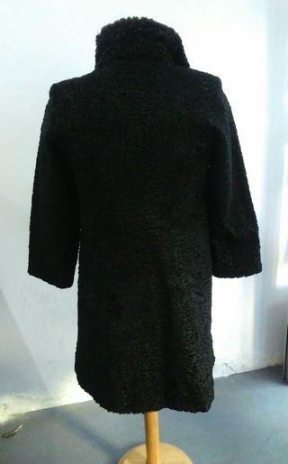 Abrigo de piel de astracán, talla 38-40, negro.