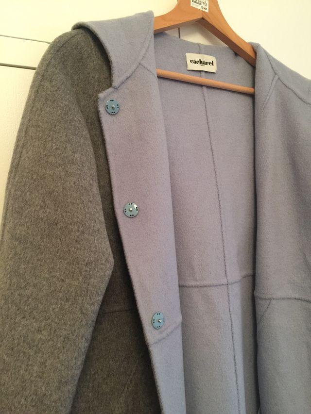 """Abrigo paño """"cacharel"""" gris con capucha"""