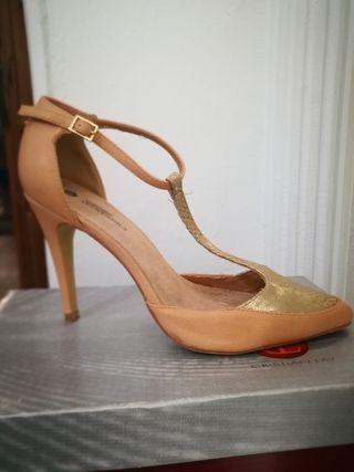 zapato salon beige y dorado