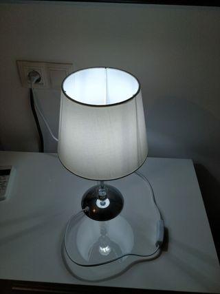 Lámpara blanca mesita dormitorio.