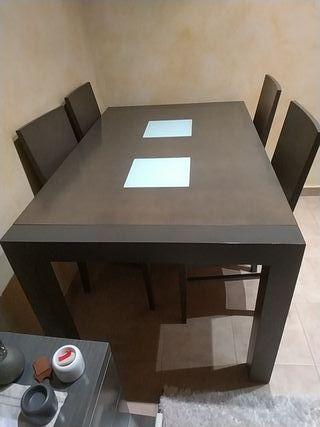 Mesa gris más su cuatro sillas.