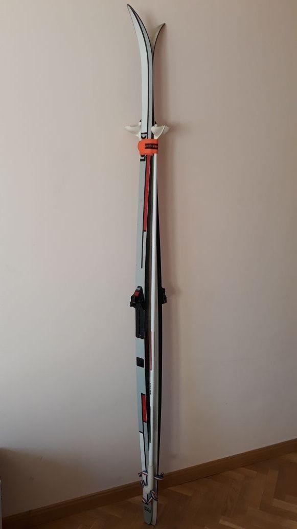 Esquís y bastones de fondo clásico