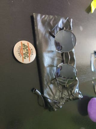 Pack para Molar - Gafas sol Lennon + chapa ACDC