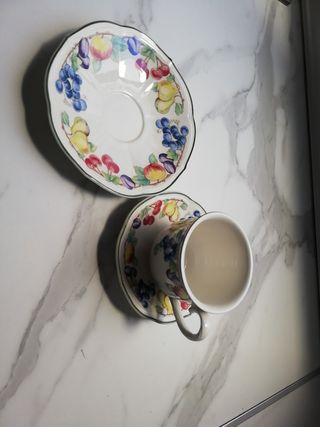 taza de cafe con platillo y plato de pastas